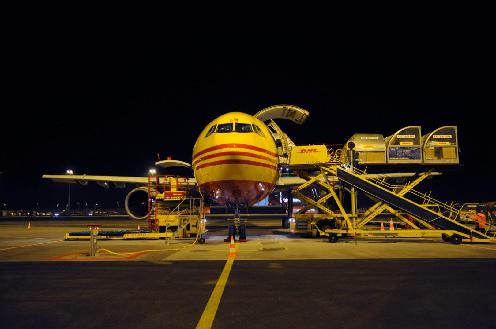 Leipzig/Halle Hub – unloading DHL plane, front view